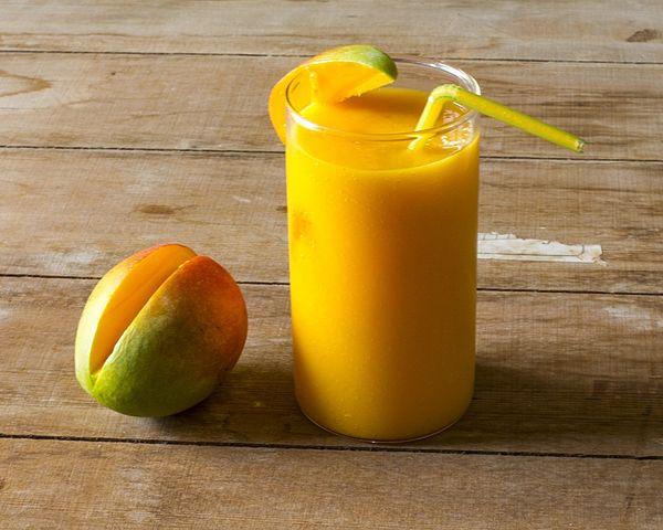 How to make a mango smoothie without yogurt