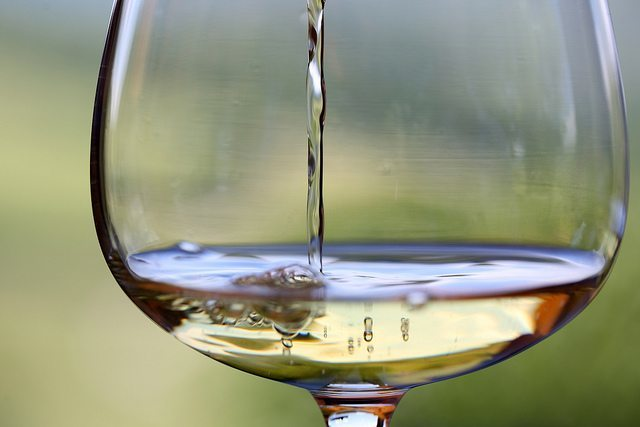 What is the difference between red and white wine glasses?